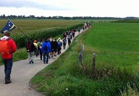 7-Apr-2013 11:30 - OPNIEUW RECORDAANTAL INSCHRIJVINGEN VIERDAAGSE. Voor de 97e editie van de Nijmeegse Vierdaagse hebben zich 52.595 mensen ingeschreven. Dat zijn er 3000 meer dan in 2012, zo meldt Omroep Gelderland. Helaas moet er ook een flink aantal inschrijvers teleurgesteld worden, want de limiet ligt op 46.000 deelnemers. De organisatie is uiteraard blij met de enorme belangstelling voor de startbewijzen. Een daarvoor aangewezen notaris zal op 12 april de startbewijzen via een loting