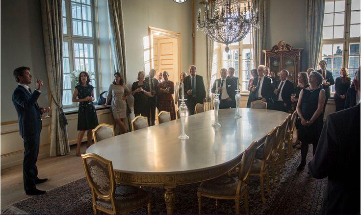 Le prince Frederik et la princesse Mary ont donné un dîner au palais royal de Copenhague en l'honneur de propriétaires de galeries d'art participant à la manifestation d'art contemporain Art Basel. Avant le dîner, les invités ont eu le droit à une visite du palais qui avait été rénové il y a quelques années par différents artistes.