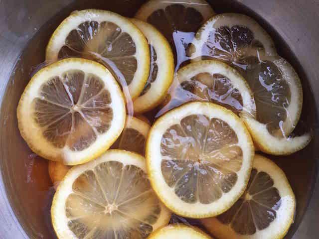 レモン酢     きび砂糖を使った、 酸味がまろやかなレモン酢です。 さまざまな料理に使えます。  材料 レモン(輪切り) 1/2コ(約50g) きび砂糖 50g 酢 50g 作り方 1 レモンは幅2〜3ミリに輪切りにします。 2 ボウルに1を入れ、きび砂糖を加え、混ぜ合わせます。 3 2に酢を加え、混ぜます。 4 きび砂糖が完全に溶けたら、冷蔵庫に入れます。 5 一晩寝かせて出来上がりです。 コツ・ポイント グリルした肉や魚、揚げ物にかけると、さっぱりといただけます。 マリネのソースやサラダのドレッシングにすると、レモンのさわやかな風味が加わります。