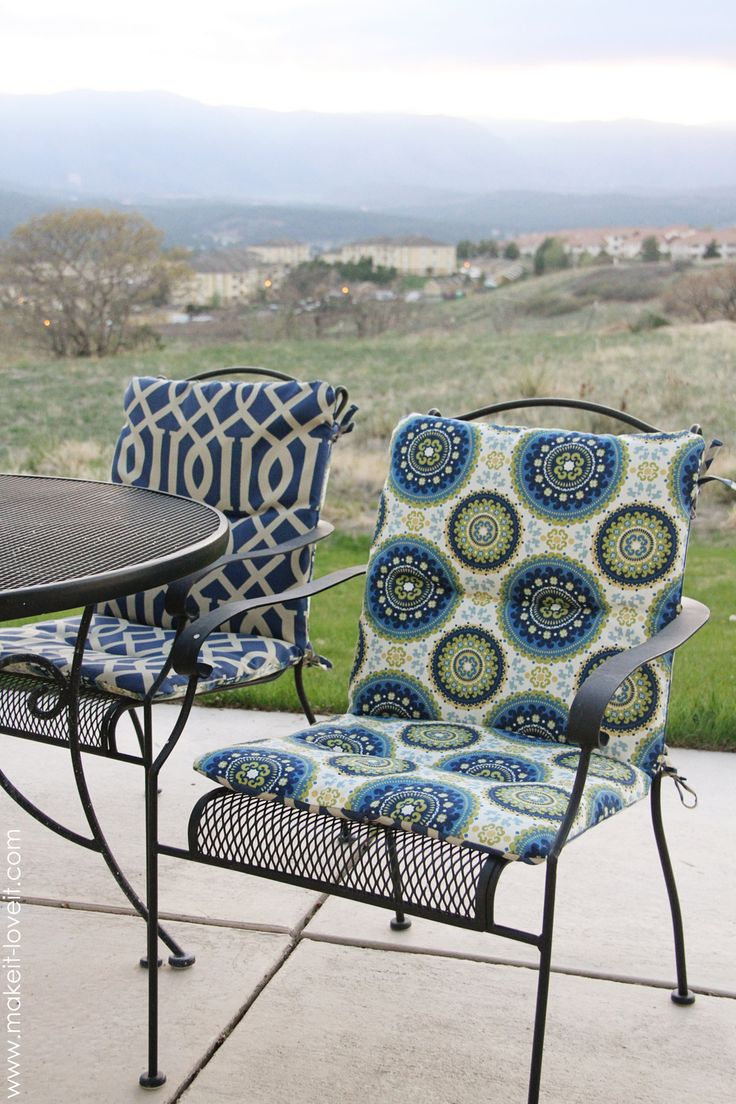 Make your own REVERSIBLE Patio Chair Cushions: full tutorial how to make chairs pads to give your patio chairs a facelift.  www.makeit-loveit.com