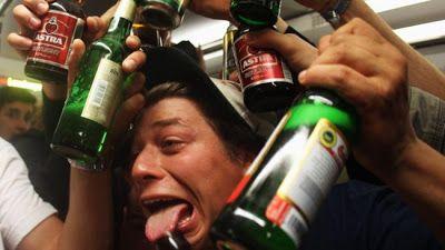 4 tipos de borrachos según la ciencia   Por qué hay diferentes reacciones cuando bebes alcohol? Psicólogos de la Universidad de Misuri en Columbia han explicado este fenómeno en un estudio publicado en la revista Addiction Research & Theory.  En la investigación aseguran que existen cuatro grupos diferentes del estado etílico que depende del organismo de cada individuo:Mary Poppins Ernest Hemingway el Profesor Chiflado y el Señor Hyde. El estudio involucró a 374estudiantesuniversitarios…