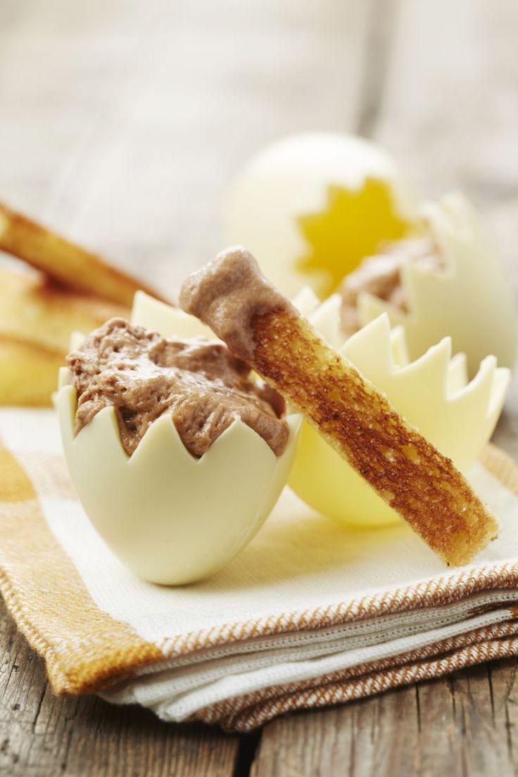 Chocolade-eitje gevuld met een koude sabayon en gekaramelliseerde soldaatjes  http://www.njam.tv/recepten/chocolade-eitje-gevuld-met-een-koude-sabayon-en-gekaramelliseerde-soldaatjes