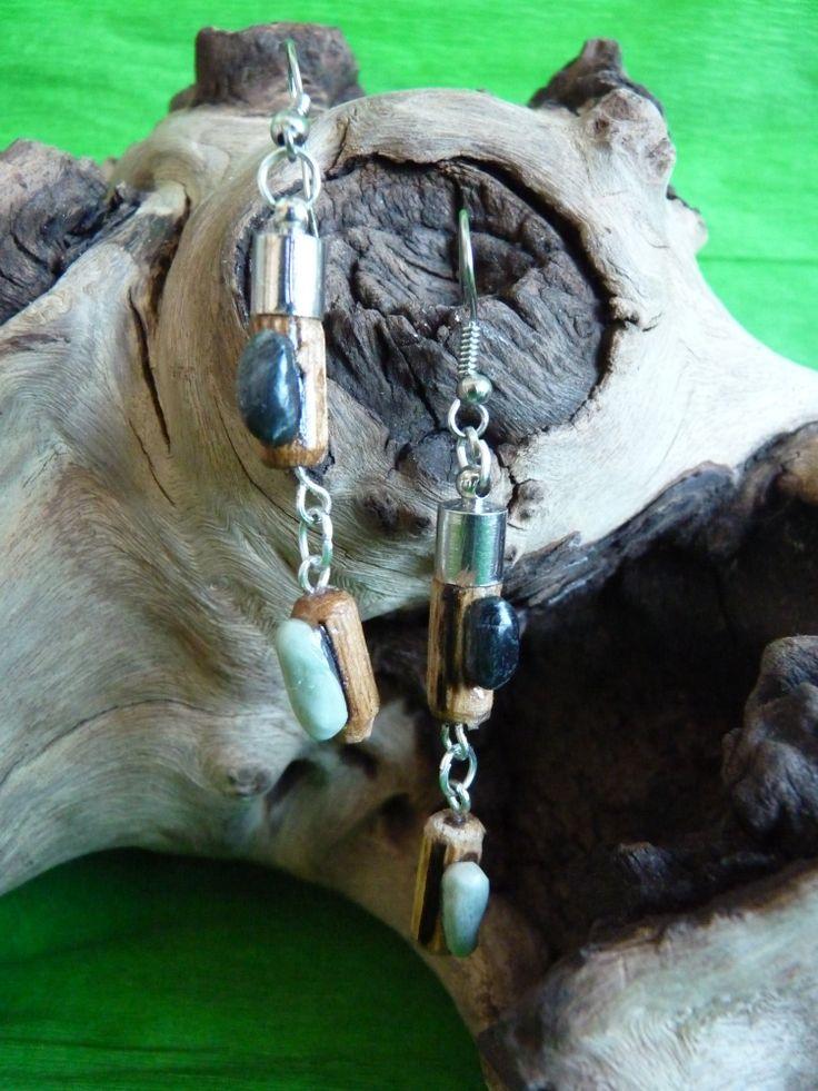 Pendientes artesanales con tacos de madera y detalles de piedras naturales