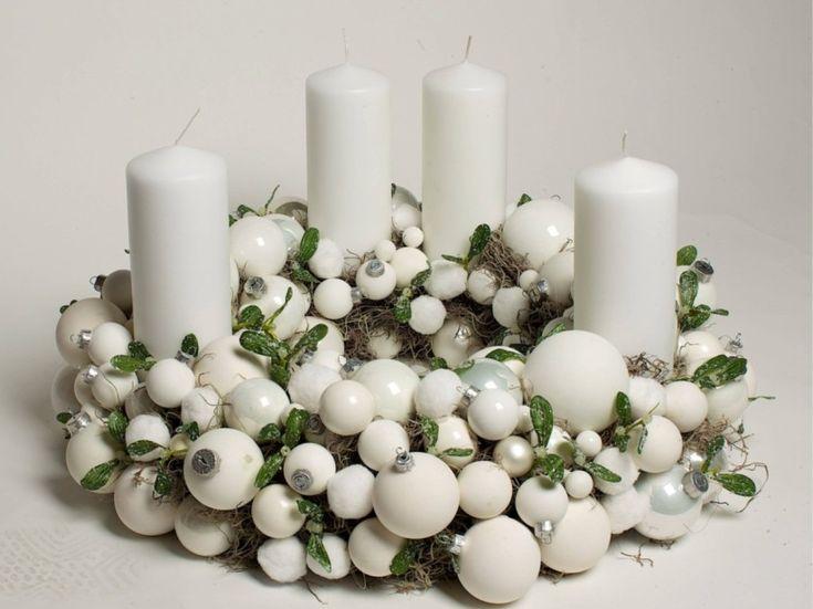 Ganz in Weiß Ein Buchsbaumkranz mit vielen großen und kleinen Kugeln, Florale Welten, ca. 265 Euro