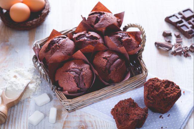 I muffin al cioccolato sono morbidi e golosissimi tortini, arricchiti da tanto cioccolato, perfetti da preparare per la merenda di grandi e piccini.