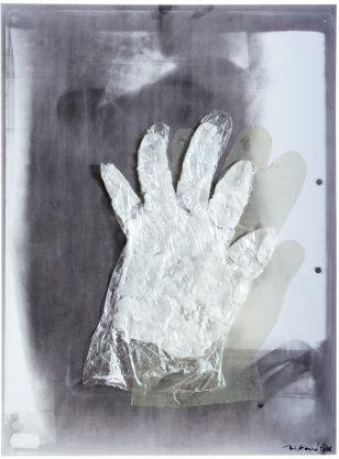 Z cyklu Ruce, asambláž (plech, fotogram, vosk, plexi), 30,5 x 41 cm, 2008