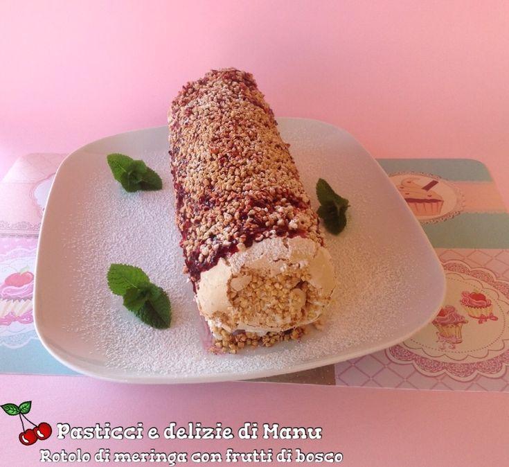 Il rotolo di meringa è un dolce friabile farcito con cioccolato bianco e frutti di bosco, ricoperto con coulis di frutti rossi e granella di nocciola.
