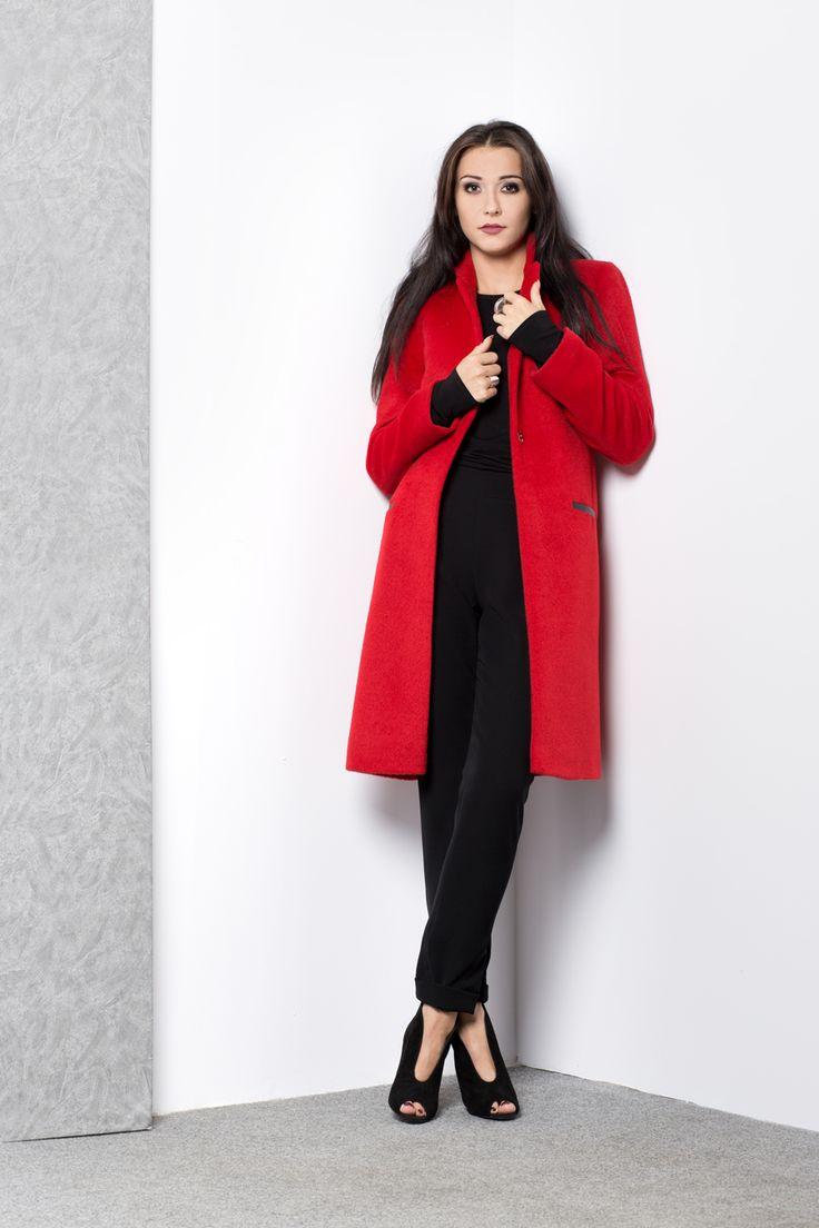 Klasyczny czerwony płaszcz. Classic red coat.