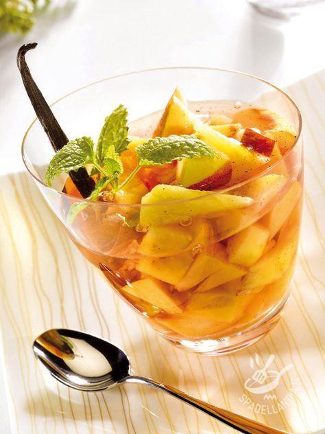 Pesca e ananas in sangria rosé: una dadolata di frutta fresca ed estiva affogata in un cocktail leggermente alcolico e speziato.