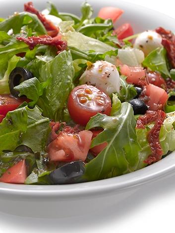 Ensalada de tomates: natural, Cherry y seco, con una mezcla de lechuga romana y rúcula, perlas de Mozzarella y aceitunas negras, aderezada con una vinagreta de especias.