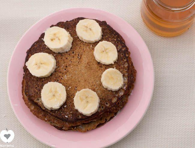 Boekweitpannenkoeken met banaan smaken lekker zoet. Door het boekweitmeel zijn deze pannenkoeken glutenvrij en ideaal als broodvervanger.