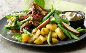 Oksekød på bund af salat og kartofler - meget populær hos alle i huset