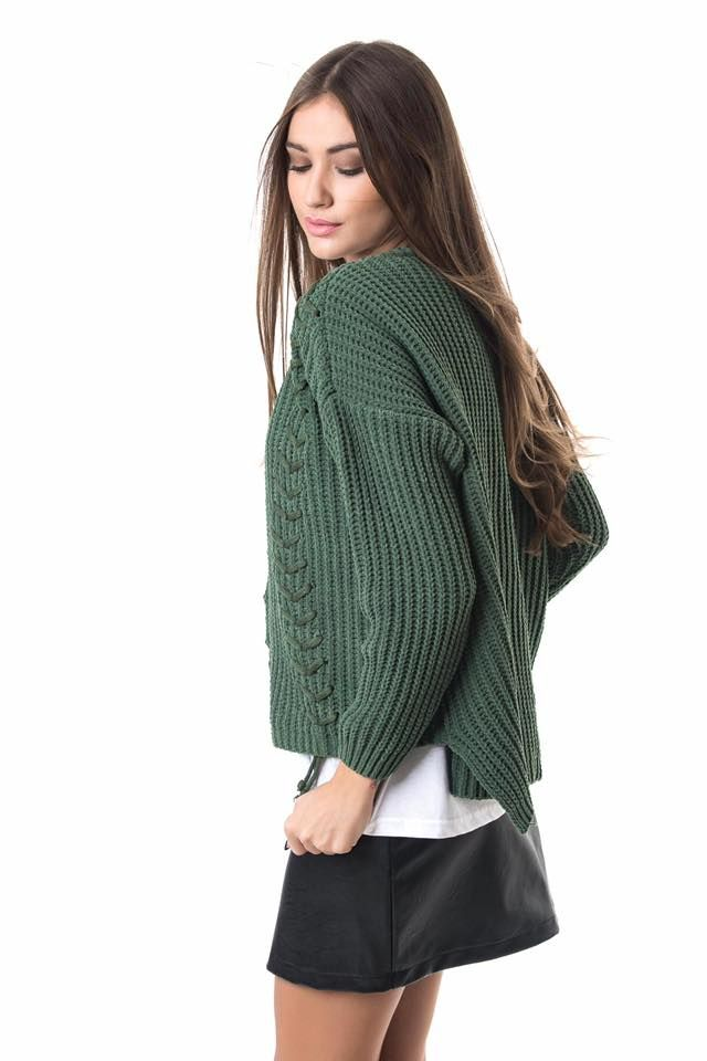 Knitted chenille blouse with  cable-knit and lace front. Round neck and long sleeves. 100% Polyester.
