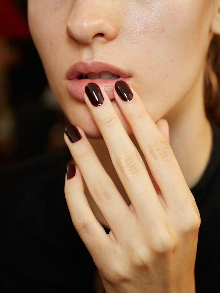 Noch eine klassische Herbstfarbe: dunkle Rottöne. Weinrot, Burgund oder dieses Schwarzrot sind die perfekten Nagelfarben für den Herbst 2016