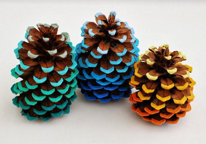 Coucou, Aujourd'hui une petite idée d'atelier avec les enfants ou petits-enfans, toute simple. Il faudra commencer par aller ramasser des pommes de pin et bien les laisser sécher. Et puis... s'en occuper ! Matériaux : - Une pomme de pin - Peinture acrylique...