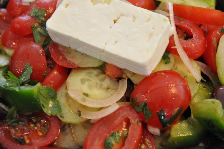 Græsk salat og feta- brød med spidskommen