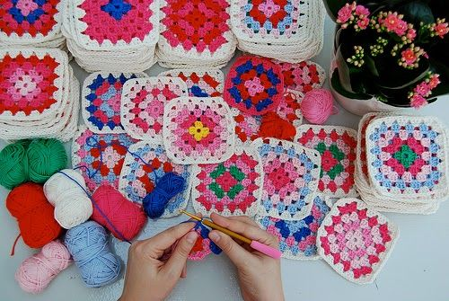 Buenas tardes, hoy les voy a enseñar a tejer unos cuadrados al crochet muy fáciles y con los cuales se pueden hacer diversas manualidades: mantas, posa vasos, bolsos, carteras, y ropa.