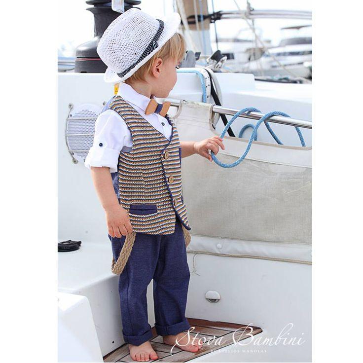 To Βαπτιστικό Κουστούμι Alto της Stova Bambini είναι ένα σύνολο για αγόρι αποτελούμενο από πλεκτό βαμβακερό γιλέκο με τρίχρωμο pattern, λευκό βαμβακερό πουκάμισο συνδυασμένο με λινό blue navy παντελόνι. Έχει ξύλινο χειροποίητο παπιγιόν και σεταρισμένο καπέλο και τιράντες. Ένα υπέροχο σύνολο για την μοναδική μέρα της βάπτισης σας