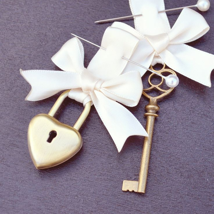 Wedding lock and key set, Unique keepsake for the Grooms Boutonniere and the Brides bouquet - via Etsy.