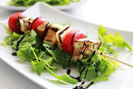 Spiedino vegetariano con verdure, formaggio e tofu grigliato.
