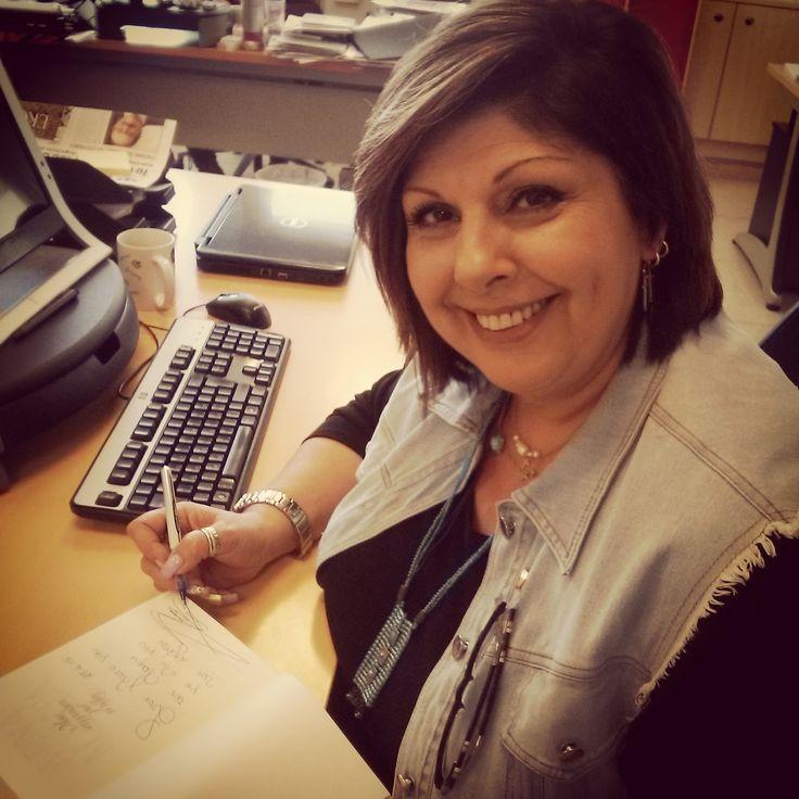 """Η Λένα Μαντά υπογράφει το πρώτο αντίτυπο του νέου βιβλίου της """"Μια συγγνώμη για το τέλος"""". Κυκλοφορεί στα βιβλιοπωλεία στις 7 Μαΐου! http://www.psichogios.gr/site/Books/show/1002966"""