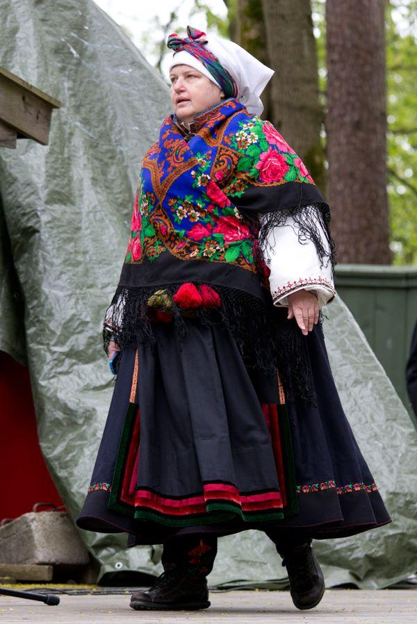Kari-Anne Pedersen stilte selv i Beltestakk fra Øst-Telemark.   Godt innpakket i et stort mønsret ullsjal i maikulda.