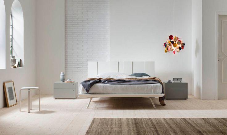 Proste bardzo eleganckie łóżko z ciekawym zagłówkiem .Panele pionowe o  różnych  grubościach z miękkimi wkładkami z eko-skóry w  zagłówku  nadają mu interesujący rytmiczny rysunek, które jest uzupełniane delikatnej ramy na nóżkach. Bogata gama wykończeń daje duże możliwości w aranżacjach nowoczesnych sypialni.