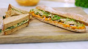 Twee vegetarische broodjes voor een stevige lunch of brooddoos. De americain van een gewone martino is vervangen door wortelen. De omelet is heel basic zodat kinderen hem ook lusten.