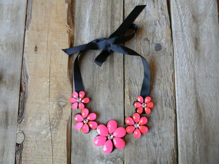 Collar babero con flores rosas fluor