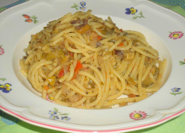 Spaghetti alla chitarra con olive,cipolle,capperi e cetriolini sott'aceto