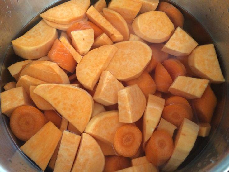 Hutspot met zoete aardappel met rode ui uit de oven. Aardappelen, wortel en ui koken met wat zout. Met kookvocht stampen, in vuurvaste schotel en garneren met geraspte kaas en hup in de oven en smullen maar
