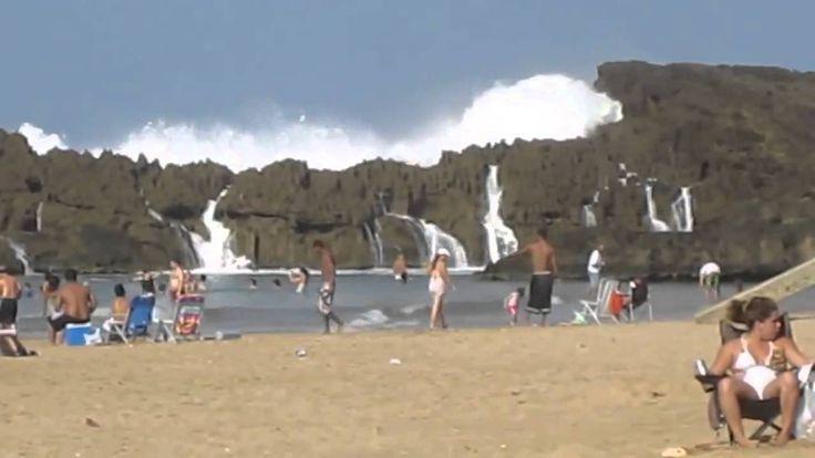 Огромные волны на пляже в Пуэрто Рико