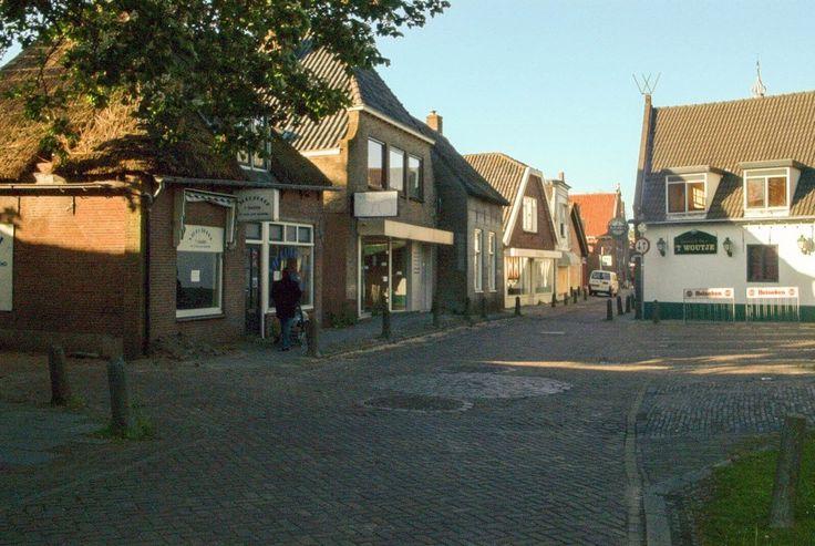 Dorpsstraat met Veldhoen (brillenzaak) en Bosma (huishoudelijk artikelen en speelgoed)
