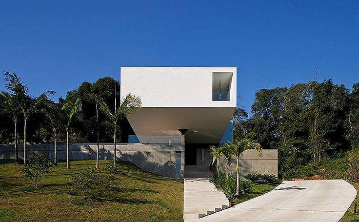 A casa foi construída sobre um terreno em aclive, o que conferiu volume orgânico às formas geométricas (Empreiteira, Djalma Oliveira) –by Sergio Sampaio