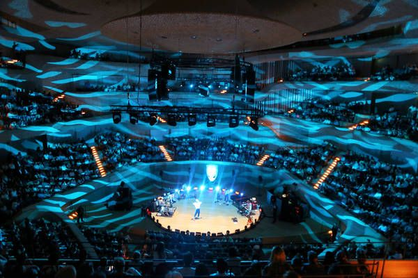 Channel Aid Bringt Elbphilharmonie Mit Rapper Cro Zum Tanzen 2100besucher Im Konzerthaus Und Uber 640 000 Klicks Unterstutzten Dascharity Projekt Channel Aid