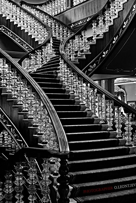 Very elegant, black and white staircase. Luxuryprivatelistings.com #staircases #architecture #design