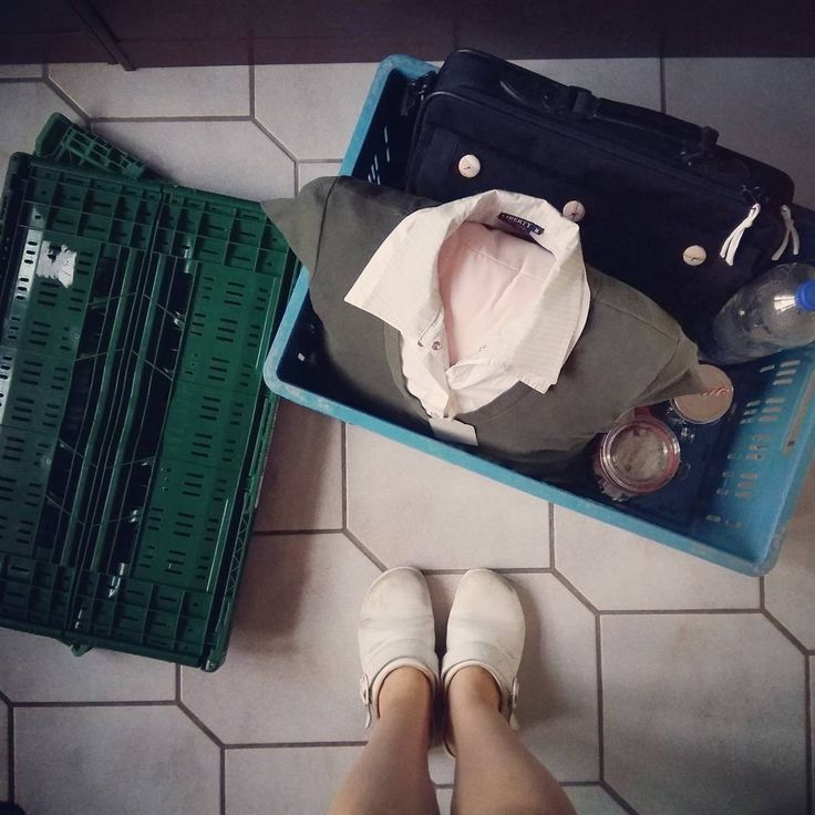Checkliste:  Auto mit XXL-Kofferraum organisieren ✔  Laptop samt Arbeitsmaterial ✔  Kisten und Müllsäcke ✔  Kaltgetränk ✔ vorbereitetes Mittagessen✔ Geschenk ✔ ... auf geht's auf die Autobahn. In 2 1/2 Stunden stehe ich vor einem Kleiderschrank und sortiere aus: was kann ich für das Demenznähen nutzen, was kann ich für Upcycling-Fashion nutzen, was geht zum Roten Kreuz oder Secondhand-Laden #upcycling #recyclinglife #recycling #recyclingmaterial #material #kleiderschrank #fashion #kleidung…