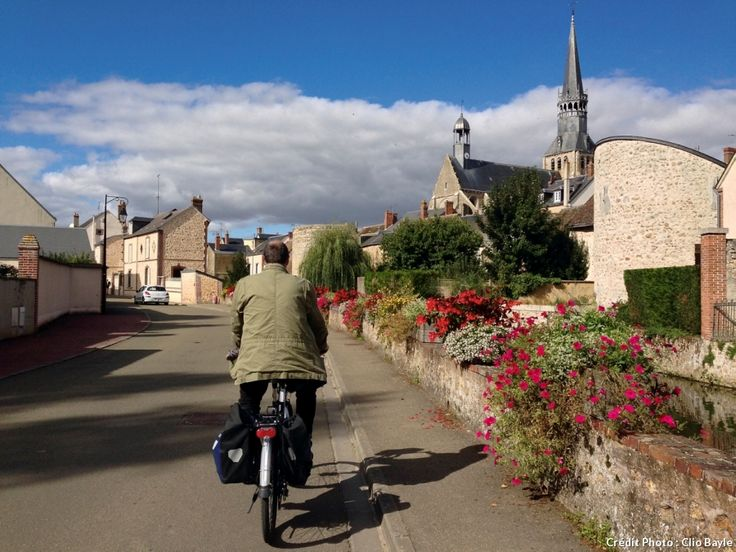 « Le grand chemin de Saint-Jacques » est la plus longue des routes vers Compostelle. C'est aussi la plus plate etla plus fréquentée par les cyclistes en France. Nous avons enfourché un vélo et testé l'itinéraire en Eure-et-Loir.Petite balade bucolique !