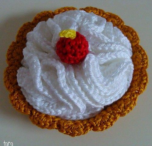 * Une nouvelle envie de chantilly???.... ... oh ce n'est vraiment pas raisonnable ^^ * Dans la famille 'GOurmandises', après le Cupcake-maison et le Cornet de Glace (tuto by Tracie Barrett), je demande ... ! ... La Tarte à la chantilly *madeinTara* !...