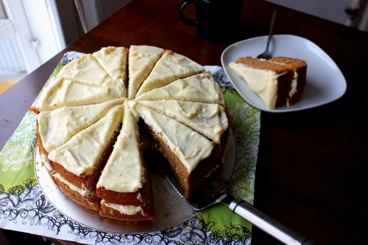 24 cm:n silikonivuokaan tehtynä Porkkanakakku kuuluu leivonnaismaailman kirkkaimpiin tähtiin, eikä suotta. Tämä makea, mehevä ja mausteisella tuoksulla varustettu kakku täytetään ja kuorrutetaan tuorejuustoseoksella, eikä se vaadi sen kummempia koristeluja. Kakku...