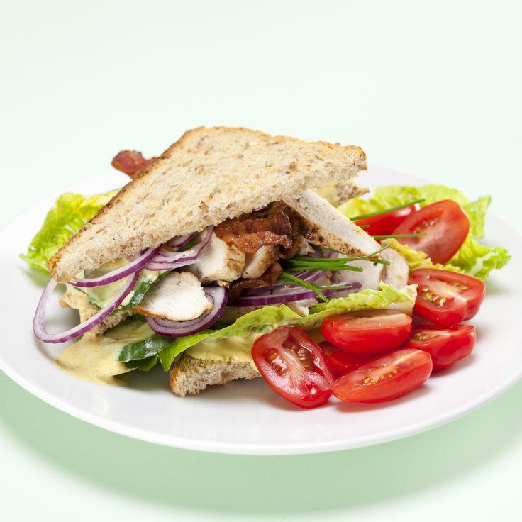Club sandwich med kylling, bacon og karry