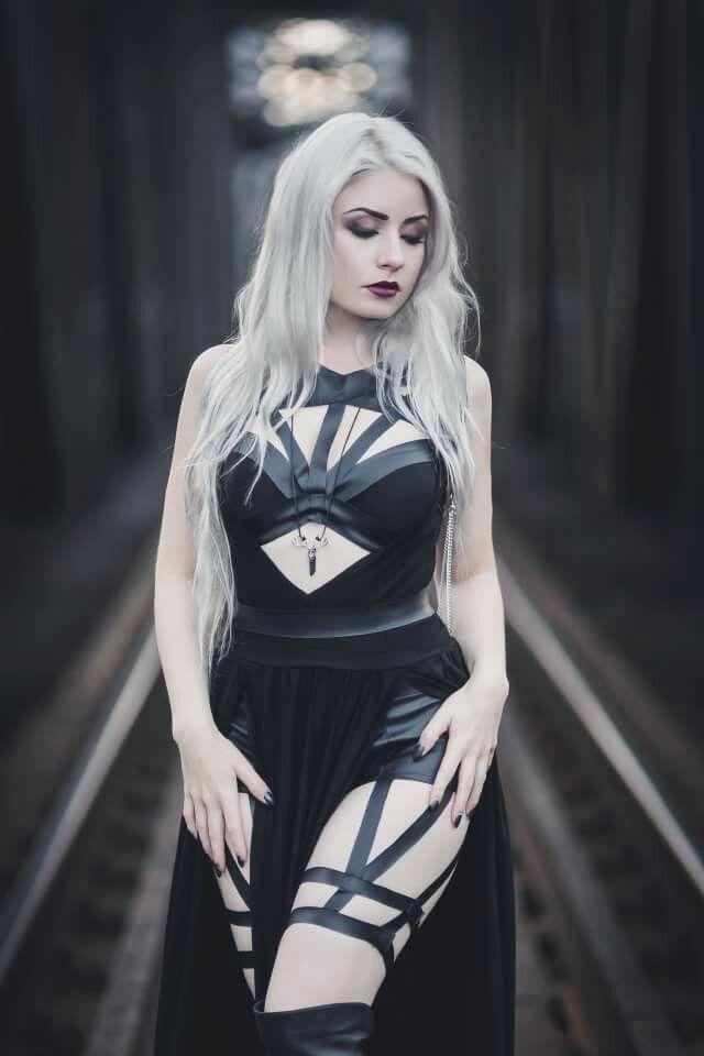 Belleza, femineidad y sensualidad góticas.