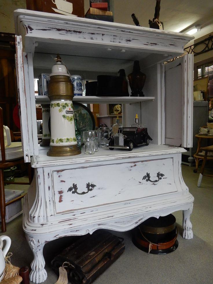 Brocant witgeschilderd klassiek kastje met twee deuren en een lade. De achterwand van de kast is voorzien van een spiegel voor een ruimtelijk effect. Kastje is ideaal als drankkastje. Afmetingen 110 cm breed, 55 cm diep en 127 cm hoog. Prijs € 245,00.