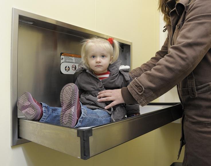 Toiletten voor als het koud is - FOTO 6 - Het resultaat mag gezien worden. Deze fraaie unit beschikt over een toegankelijk toilet inclusief babyverschoontafel, automatische steunen bij het toilet, een aangepaste automatische handwasgelegenheid en nog veel meer.