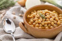 La zuppa di ceci è un primo piatto nutriente e saporito, adatto alle fredde giornate d'inverno.