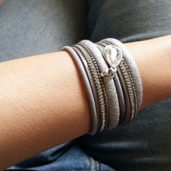 Un bracelet multitours tendance qui sublimera toutes vos tenues. Ce bracelet…