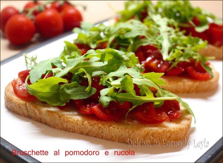 Bruschette al pomodoro sono veloci da preparare, fresche e sfiziose. Da servire come antipasto, pranzo, cena o durante una grigliata e in ogni stagione.