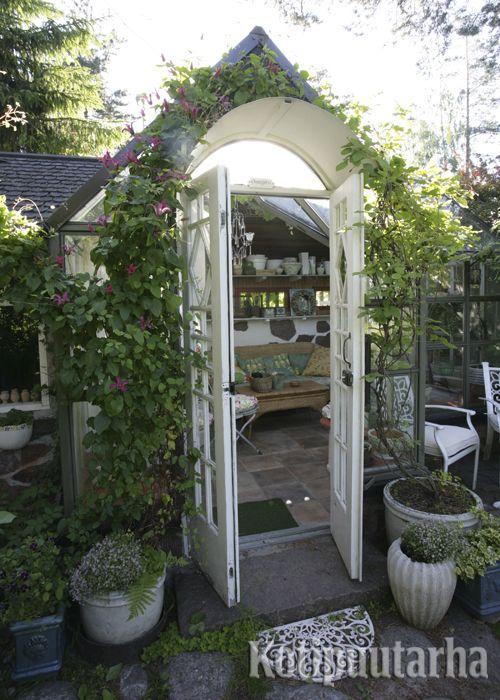 Kasvihuoneen seinää voi koristaa köynnös. Kaikkea valoa ei kuitenkaan kannata viedä sisäpuolen kasveilta. www.kotipuutarha.fi