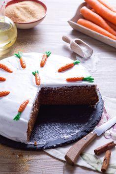 Carrot cake: pronti a gustare la famosa torta di carote all'inglese? Corposa e ricca, dal sapore inconfondibile e con una decorazione che è il suo biglietto da visita!