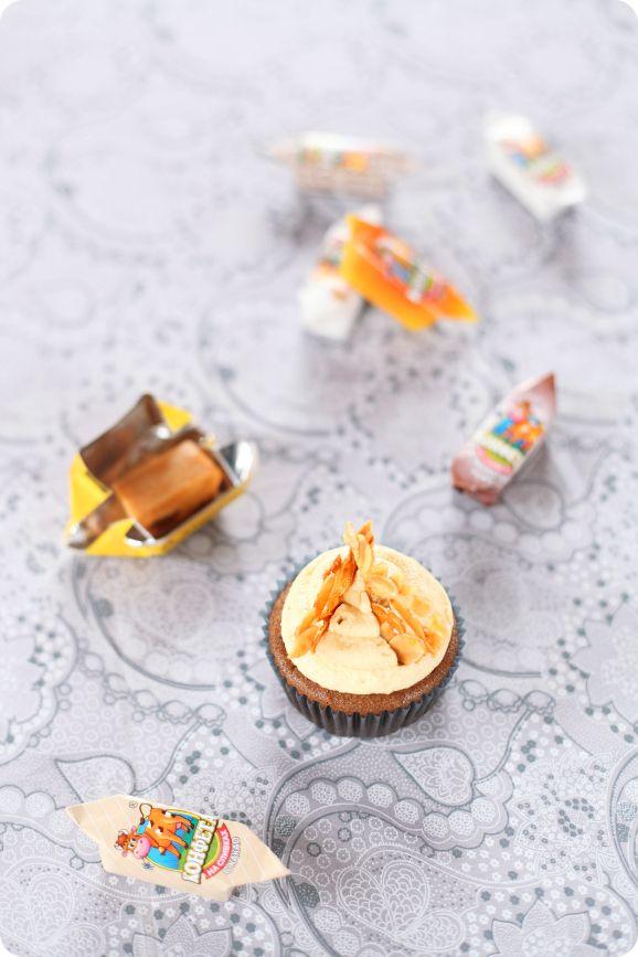 Schokoladen-und Karamell-Muffins / Cupcakes de Cacau E cobertura de caramelo